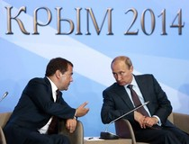 Russian Prime Minister Dmitry Medvedev (left) and Russian President Vladimir Putin during a Duma event in Yalta, Crimea, Ukraine, 14.08.2014; Source: dpa-picturealliance